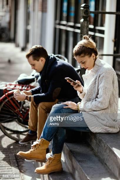 Couple assis en silence après une grosse dispute