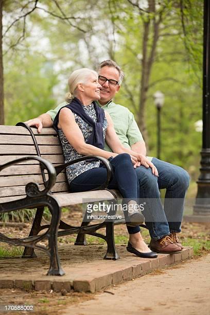 Couple assis dans le parc
