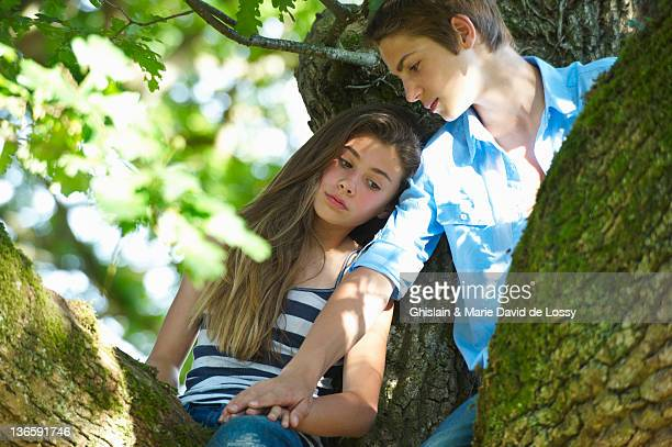 Couple assis dans un arbre ensemble