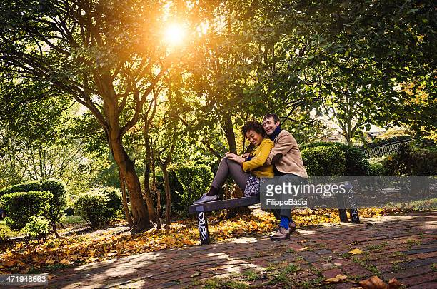 Paar sitzt auf einer Bank im Park