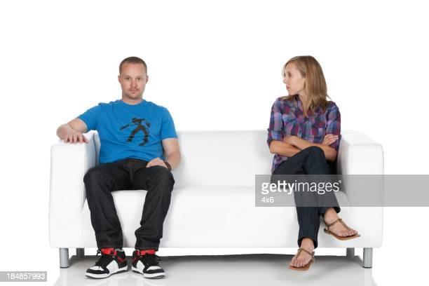 Casal sentado em um sofá