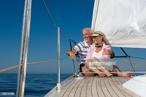 Couple assis sur un voilier