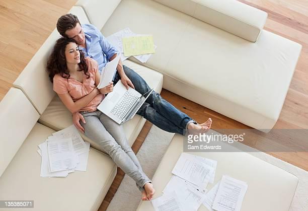 カップルのソファーに座って一緒にお支払いいただく料金