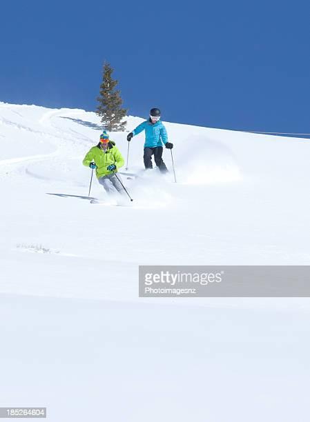 Couple ski dans la poudreuse fraîche, Colorado, États-Unis
