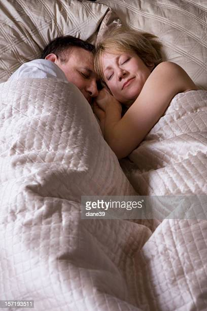 Paar schlafen im Bett