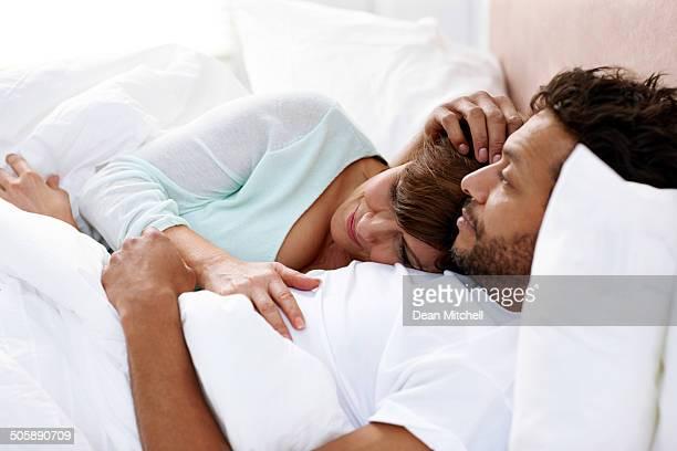 Pareja de dormir tranquilamente juntos