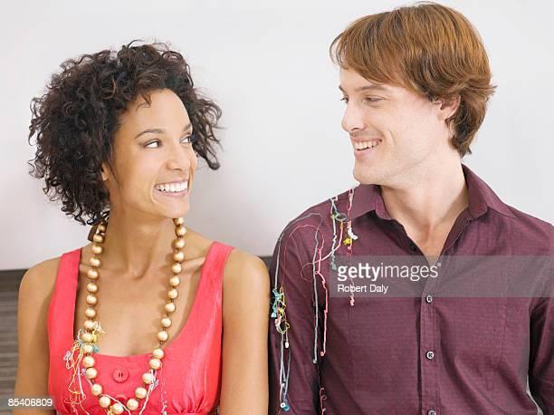 Couple souriant dans une fête de fin d'année