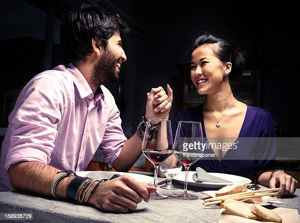 Casal sorridente com vinho tinto para St Valentine