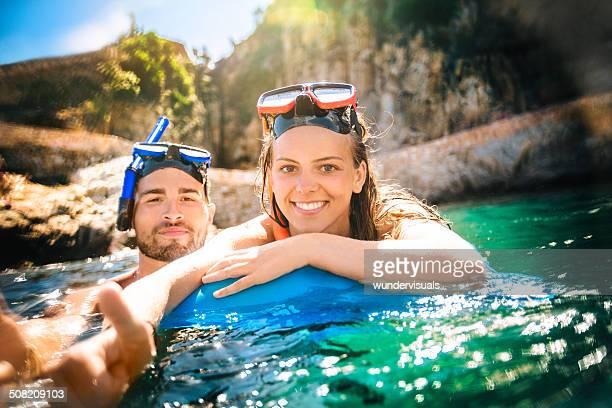 Couple de la plongée avec masque et tuba