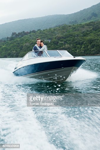 Couple speeding on motorboat : Stockfoto