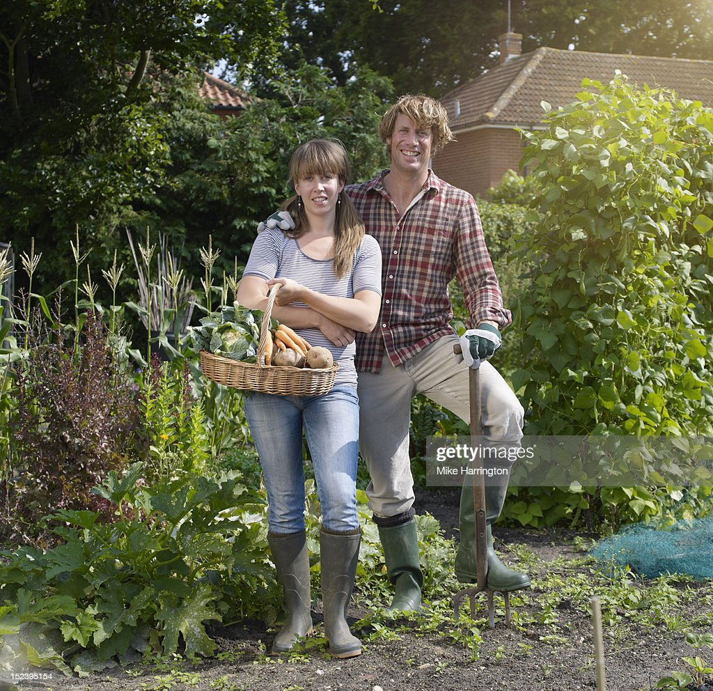 Couple standing in allotment : Foto de stock