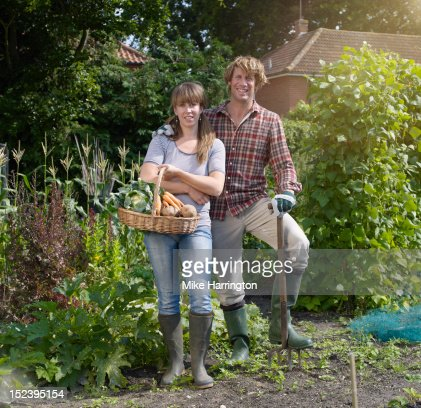 Couple standing in allotment : Stockfoto