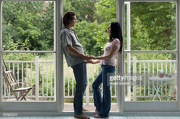 Paar stehen im Flur