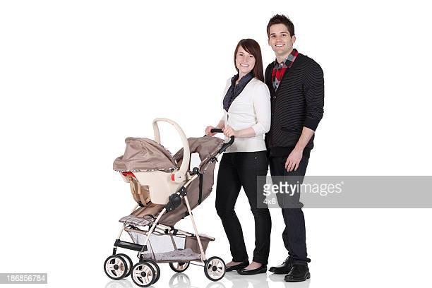 Paar stehen in einem Kinderwagen spazieren