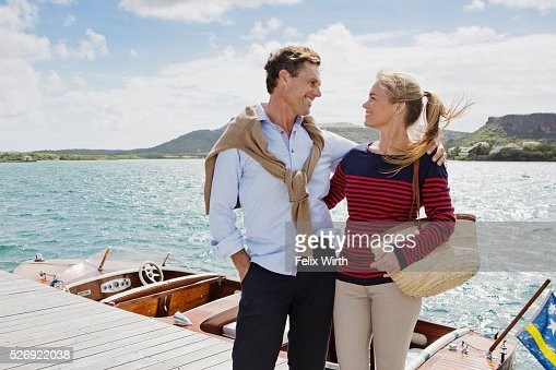 Couple standing on jetty : Stockfoto