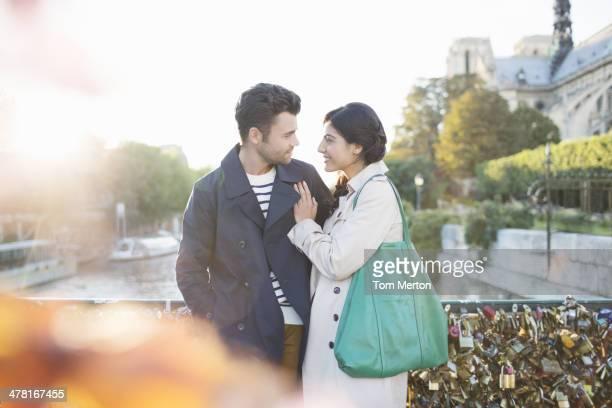 Couple debout sur le Pont des Arts Pont sur la Seine