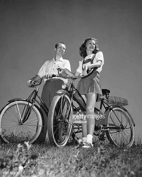 Coppia in piedi con biciclette