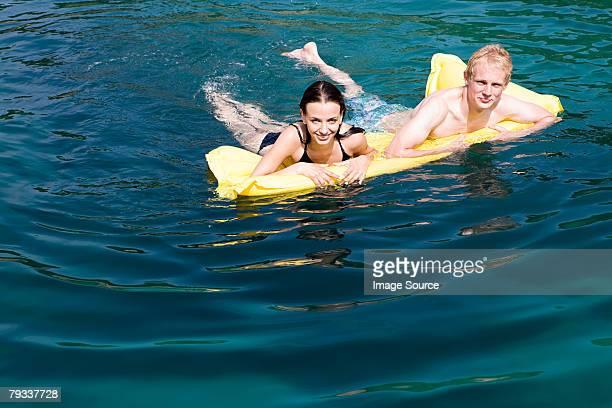 Un paio di nuotare nell'oceano