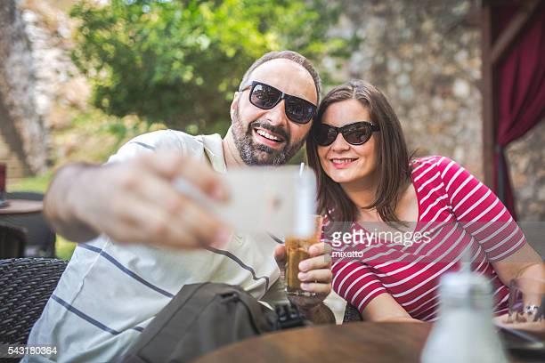 Couple prendre un selfie à café