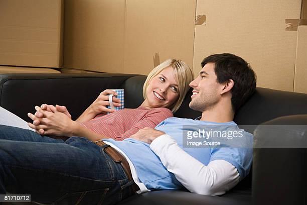 Couple prenant une pause de se déplacer dans