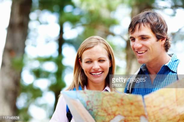 Coppia prendendo un'occhiata alla mappa