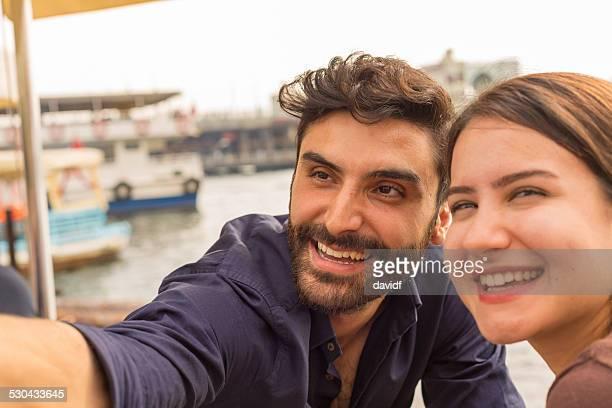 Paar, die ein Selfie in einem Restaurant am Bosporus