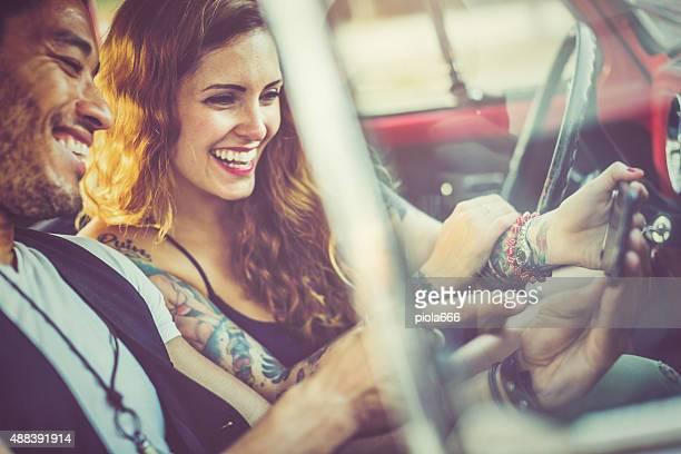 Couple prenant un selfie dans la voiture