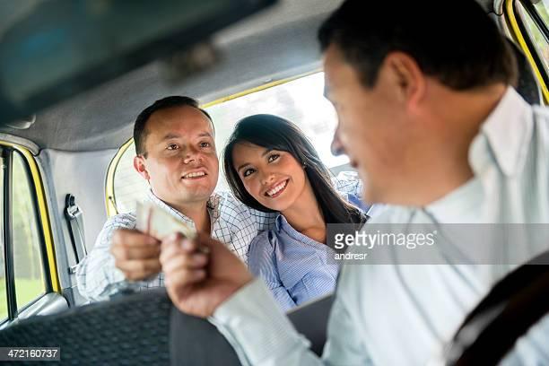 Couple prenant un taxi