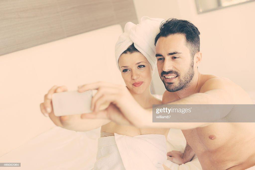 Муж и жена под душем