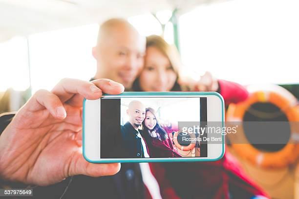 Paar nehmen Selfie auf einer Fähre