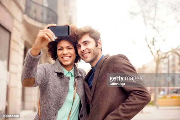 Couple prenant une autophoto
