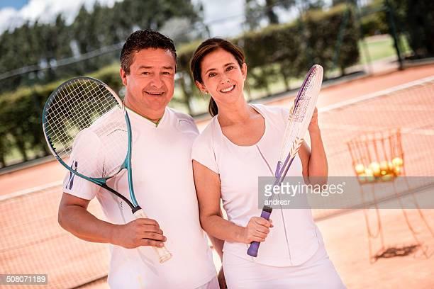 Couple à prendre des leçons de tennis