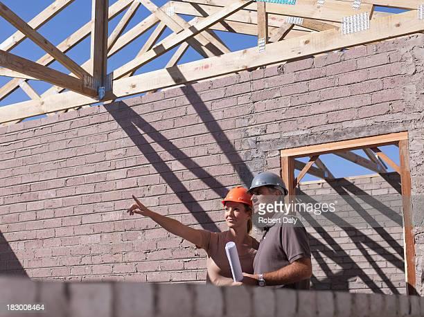 Casal a falar de planos no novo local de construção com projectos