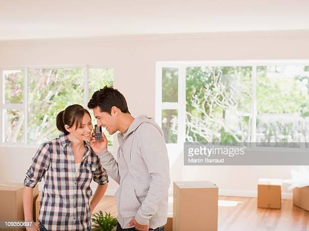 Paar sprechen auf Handy im Haus