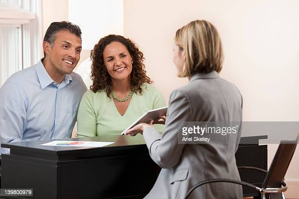 Paar sprechen financial advisor