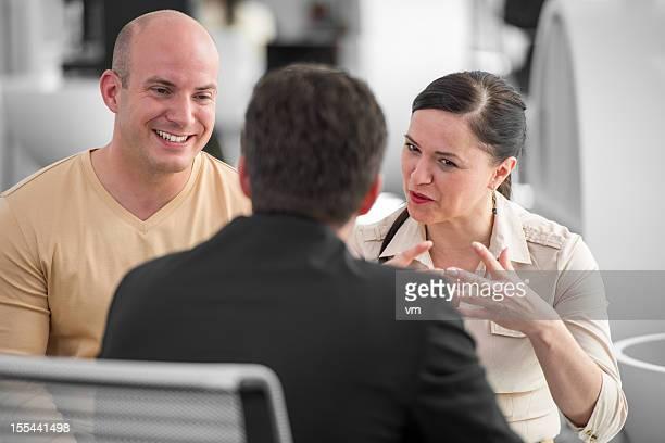 Paar sprechen mit Bank Teller