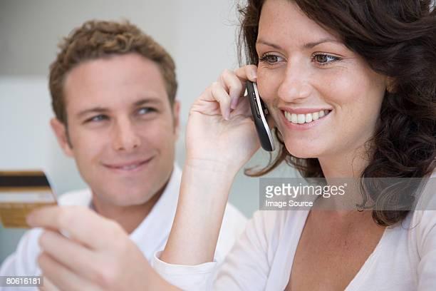 Un couple téléphone banque