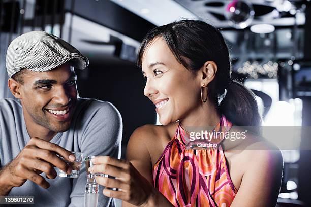 Couple portant un toast à la discothèque