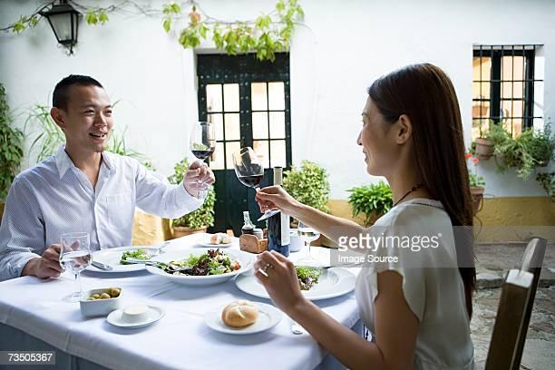 Couple portant un toast