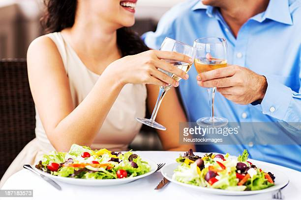 Coppia brindando alla cena Wineglasses data In ristorante
