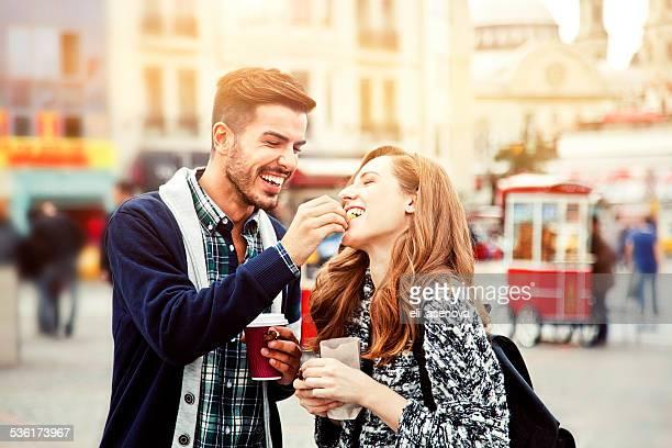 Couple tentant les marrons à Istanbul.