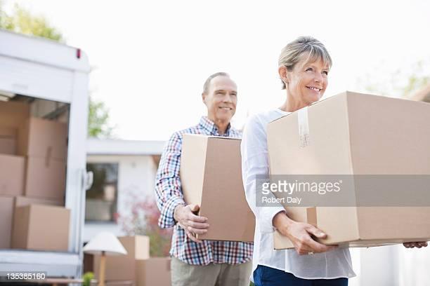 Paar Entladen von Kisten von moving van