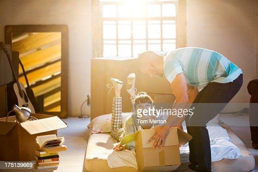 Casal Desempacotar caixas em Sótão