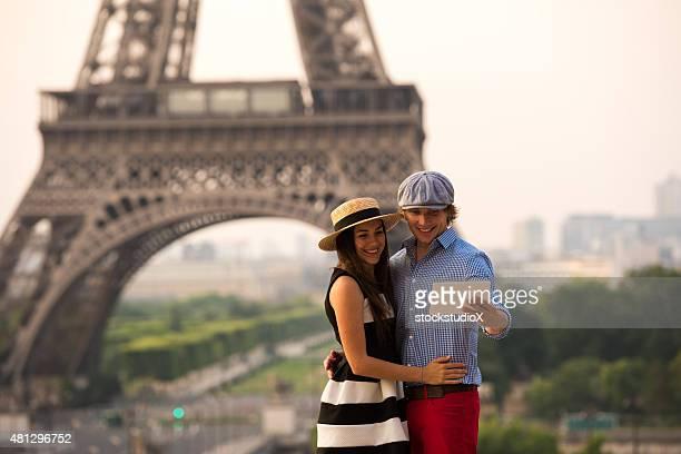 Couple à l'aide d'une tablette numérique sur la tour Eiffel