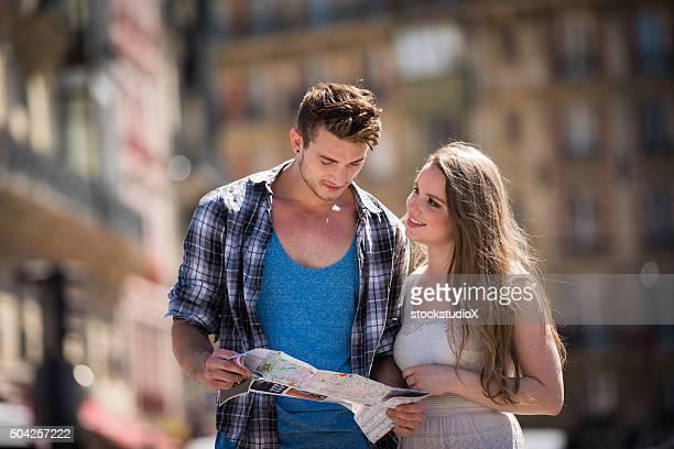 Couple à l'aide d'une carte de l'Europe pour les vacances