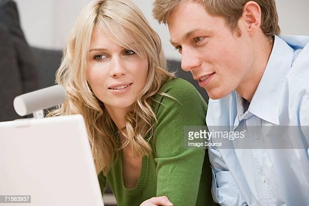 Couple à l'aide d'ordinateur portable avec ta webcam