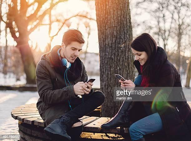 Paar mit smartphones
