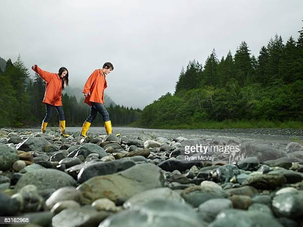 Paar zu Fuß in den Felsen Fluss.
