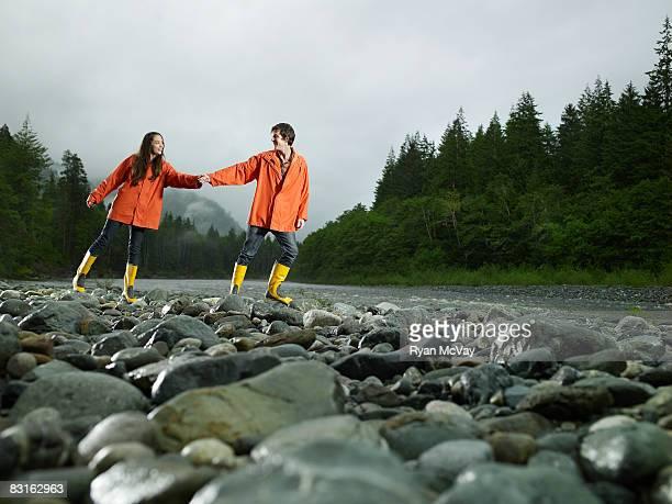 Couple marchant le long de la rivière. Rocheuses.