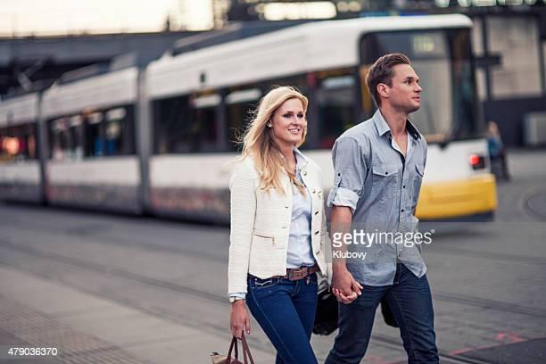 Coppia camminare in una città